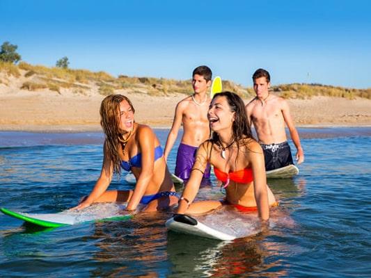 Descubre las mejores playas y calas para surfear en España: playas para hacer surf y donde aprender a surfear si eres principiante.