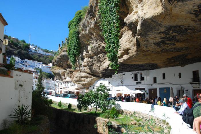 "Сетенил-де-лас-Бодегас - одна из знаменитых ""белых деревень"" Испании / Wikimedia commons"