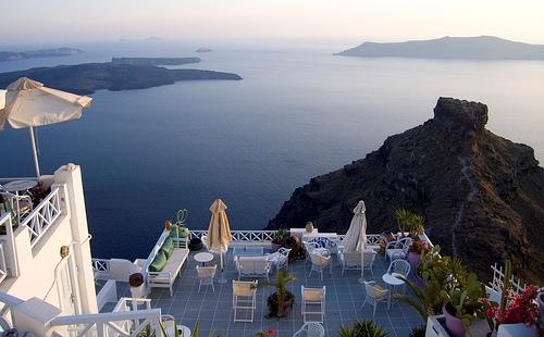 vista de Caldera desde una terraza en Santorini, Grecia