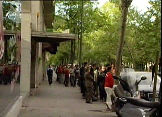 colas de gente a las puertas de la oficina de roan en madrid este fin de semana