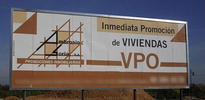 valla de obra de una promoción de viviendas protegidas