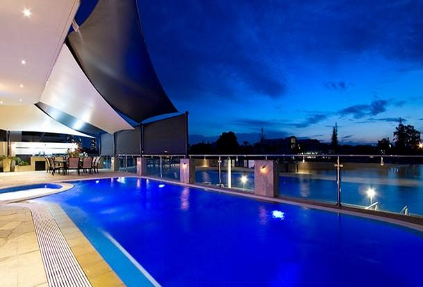 piscina de más de 12 metros en la terraza de la vivienda