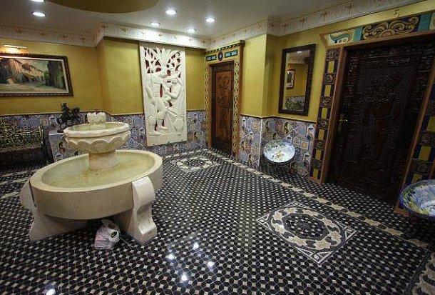 foto de uno de los salones de la casa con suelo de cerámica exclusiva