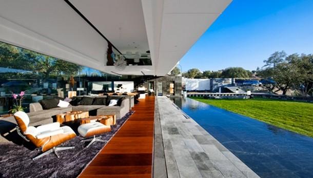 salón de la vivienda, abierto al jardín de más de 700 m2