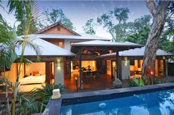 vista panorámica de la vivienda y la piscina de agua salada