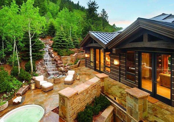 panorámica del patio interior de la vivienda con jacuzzi y cascada natural