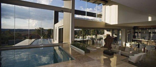vistas de la piscina interior y exterior