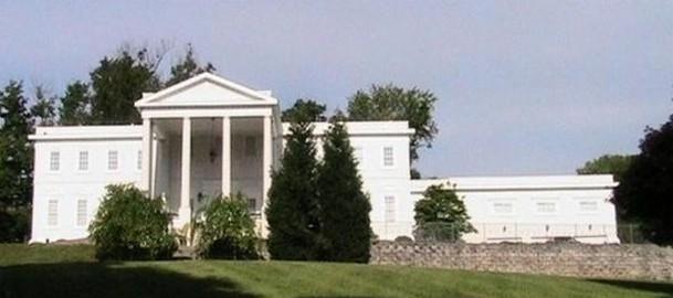 fachada principal de la réplica en 'miniatura' de la casa blanca