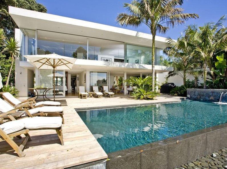 Villa de verano con embarcadero propio y rodeada por el for Alberca cristal londres