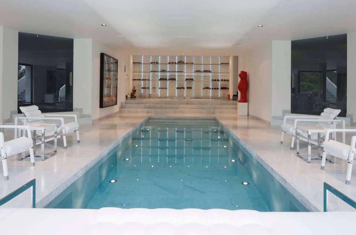Castillo moderno con piscina interior en bruselas for Alberca cristal londres
