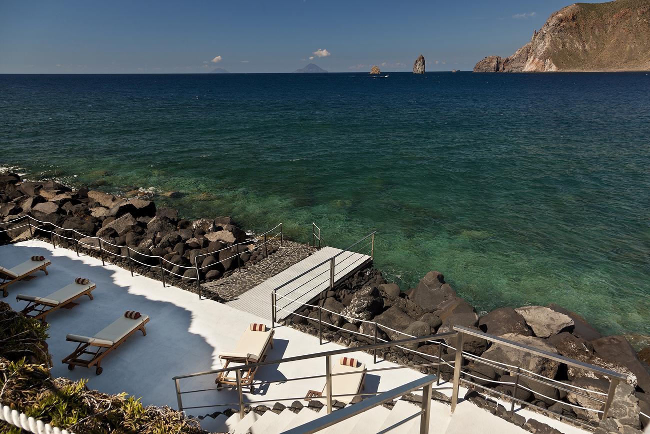 hotel therasia resort: un escondite en la isla de vulcano