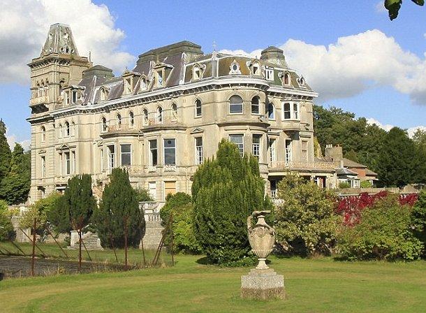vistas del exterior de la mansión que perteneció al hijo mayor del rey jorge ii