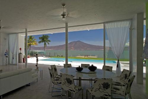Un mirador entre las montañas y el lago más grande de México