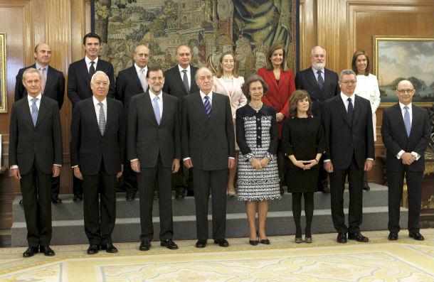 rajoy y sus ministros junto al rey