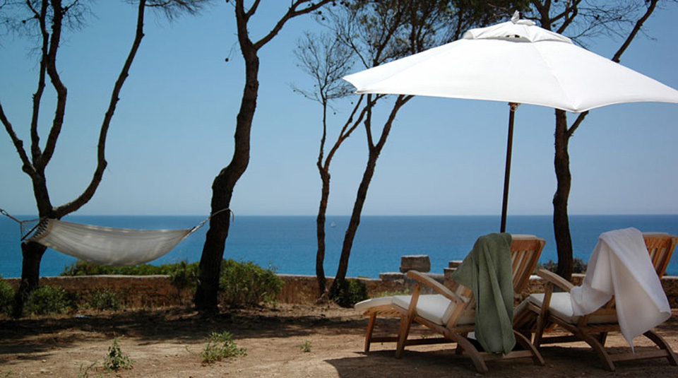 Hoteles con encanto can simoneta sobre un acantilado en for Hoteles con encanto y piscina