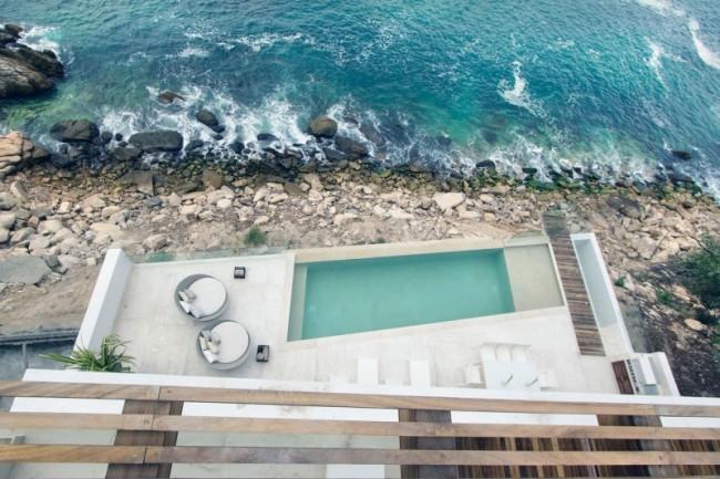vista de la piscina al lado del mar