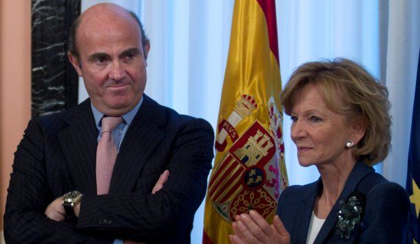 luis de guindos, ministro de economía, junto a la ex ministra elena salgado