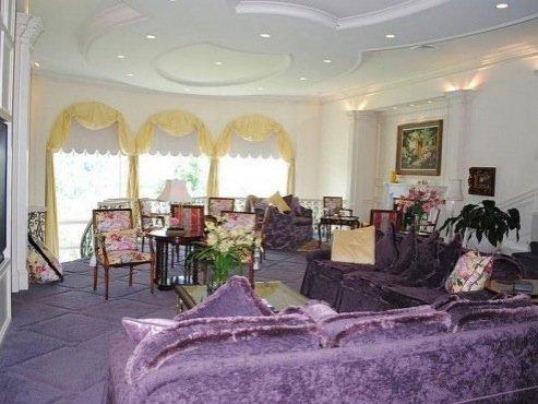 habitación con sofás de terciopelo morado