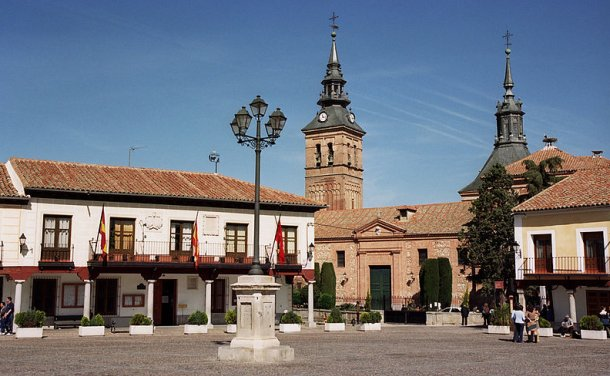 plaza del ayuntamiento de navalcarnero. vía: wikipedia