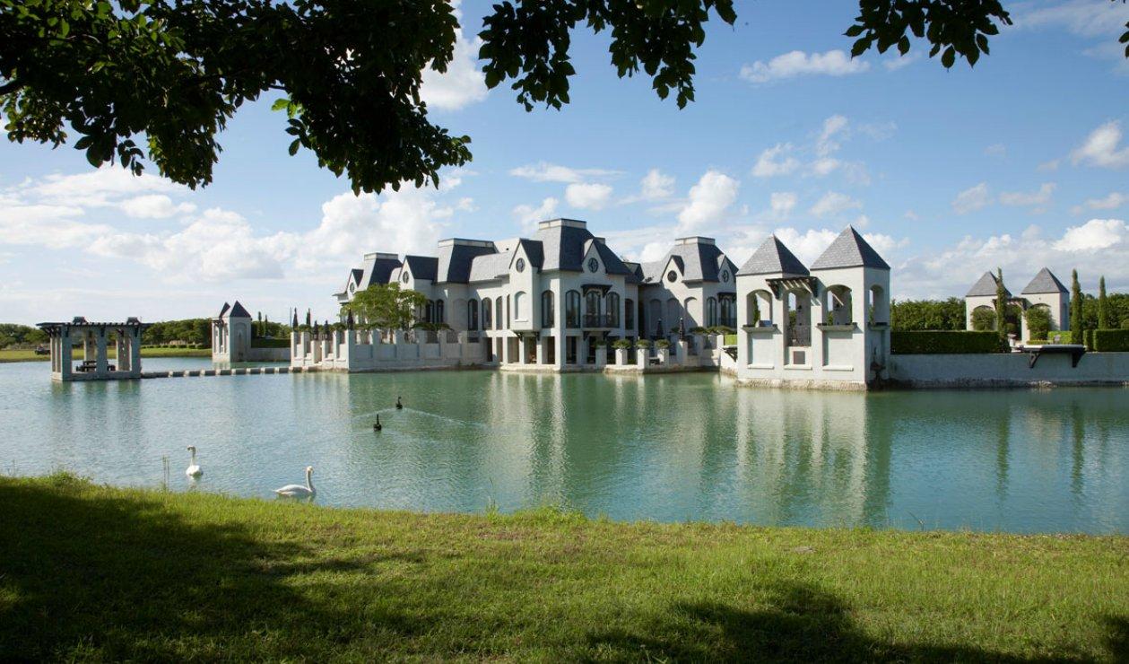 castillo moderno de lago con cisnes