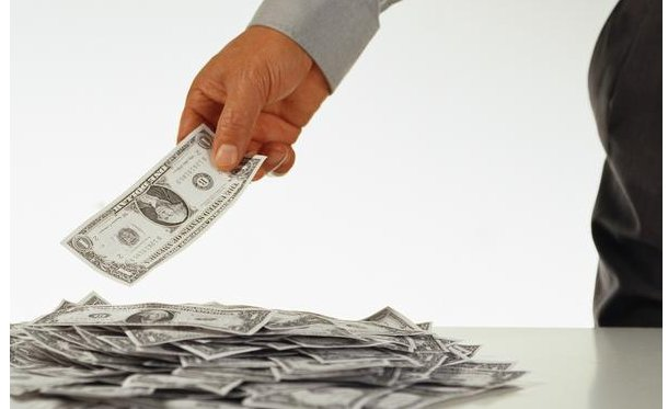 los corruptos dejan de lado el ladrillo para entrar en los contratos, ayudas o adjudicaciones de servicios a dedo