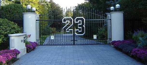 23, el número de jugador de jordan, en la puerta de la vivienda