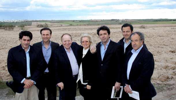 adelson visita los terrenos de alcorcón norte con su esposa y dirigentes municipales y regionales