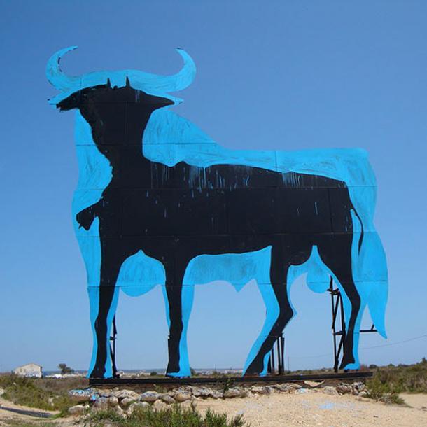 el Toro de Osborne de Santa Pola (Alicante) simbolizando la crisis española (foto: taringallega.com)