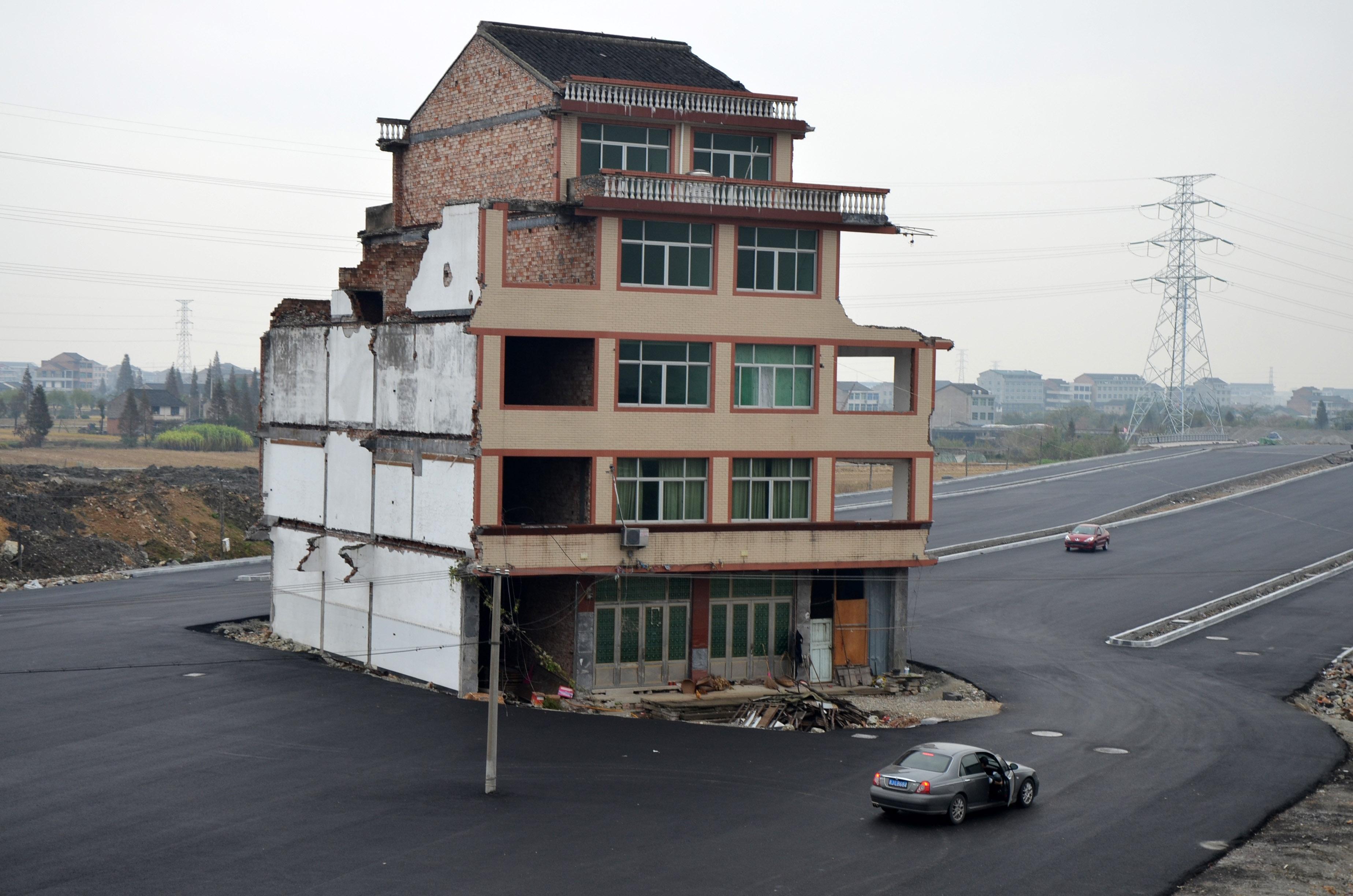 Derrumban la casa que sobrevivía en medio de una autopista (fotos)