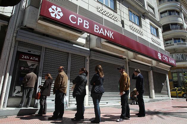 cola en una sucursal bancaria en chipre