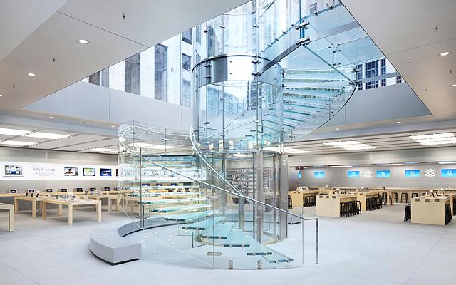 las escaleras de cristal de la tienda apple en la quinta avenida (nyc) han puesto de moda este recurso