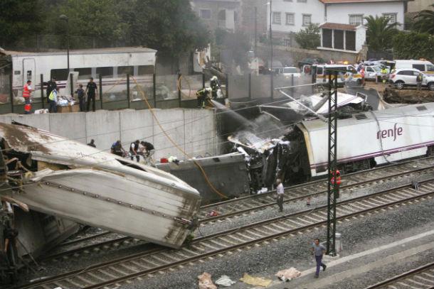 vagones destrozados y descarrilados a la entrada en la estación de santiago