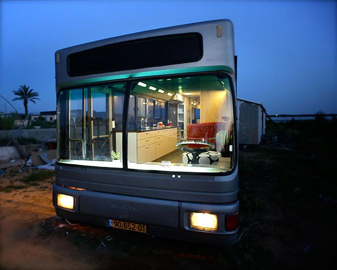la transformación de un viejo autobús en una vivienda