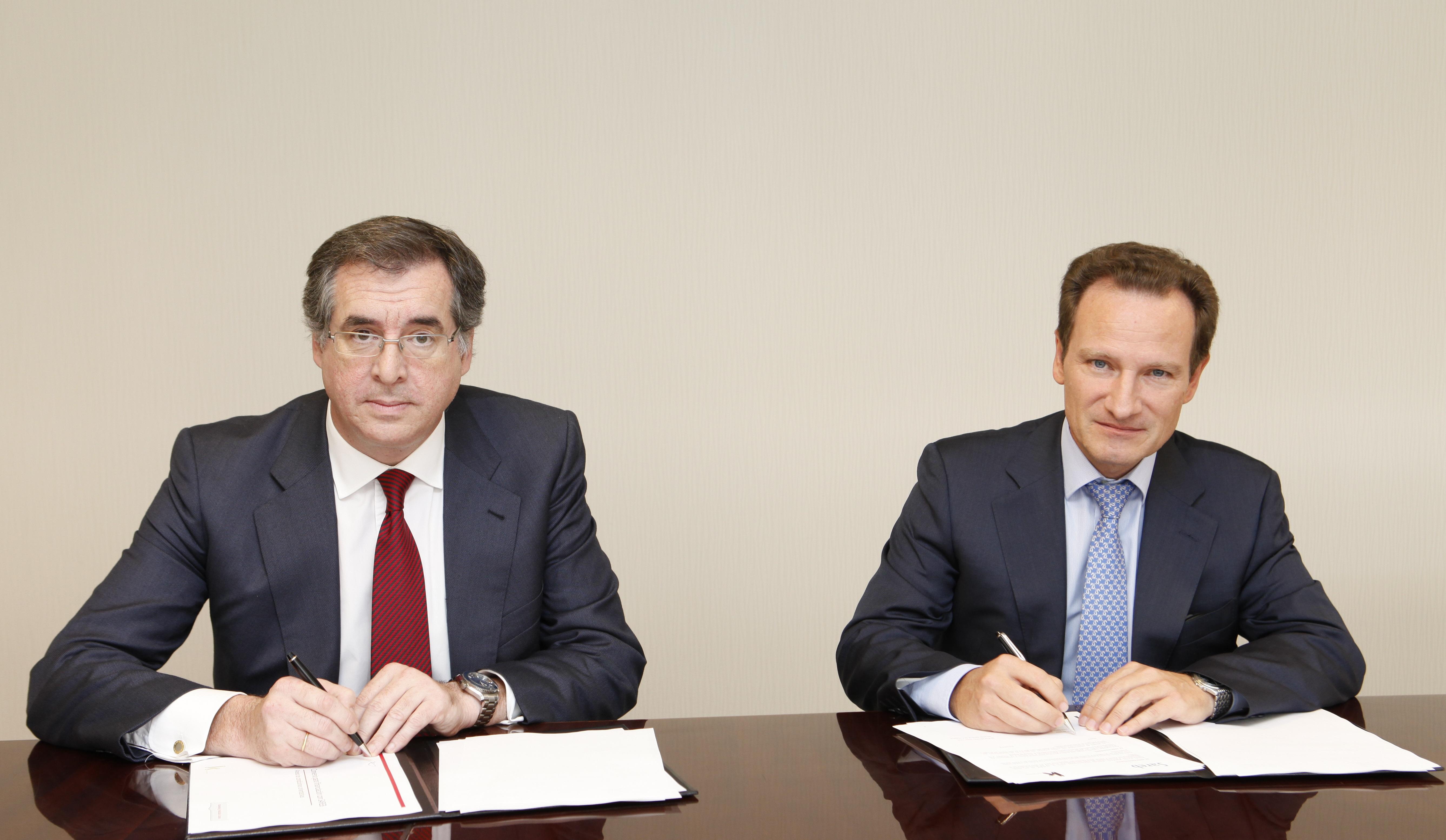 walter de luna, director general de sareb, e ignacio sánchez asiaín, director general de kutxabank, firman el acuerdo