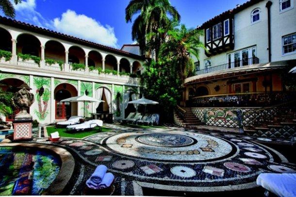 vista del patio de la mansión de versace