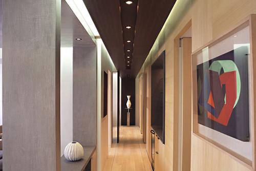 Ideas para decorar un pasillo estrecho fotos idealista for De que color es el oscuro y estrecho pasillo