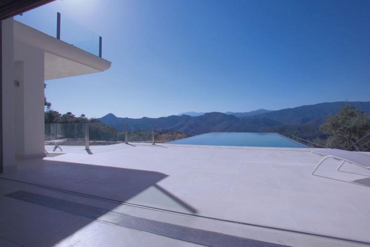 exterior de la villa con vistas a la montaña