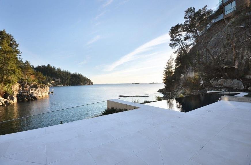 vistas a la piscina y el mar en vancouver