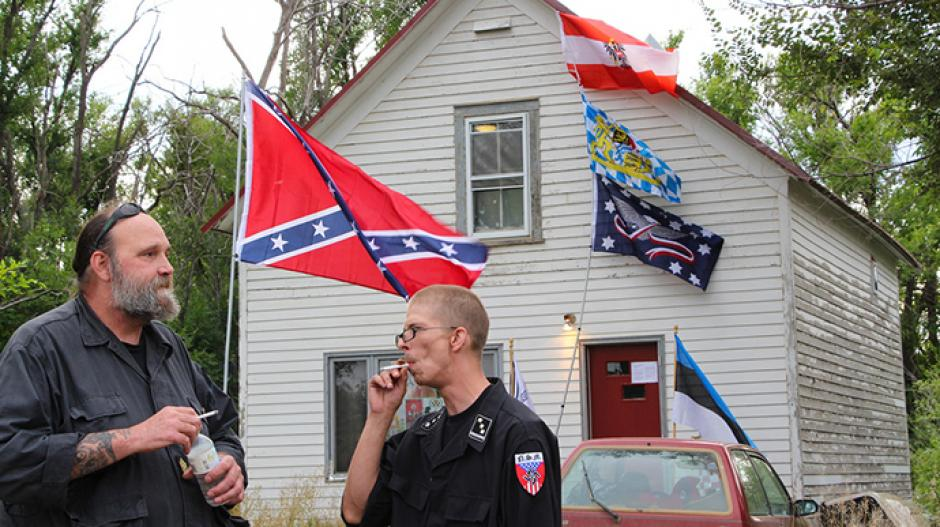 un grupo de neonazis hace guardia delante de la casa de su líder, paul craig cobb, en leith (dakota del norte)