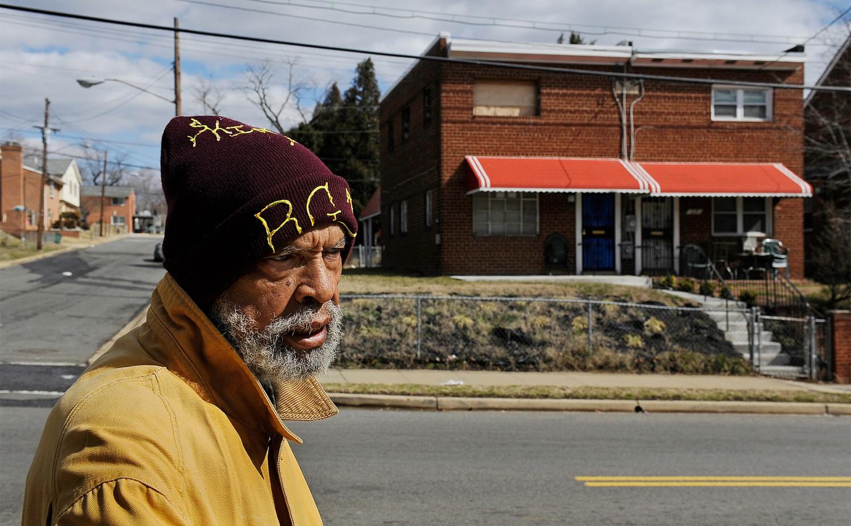 bennie coleman pasea frente a la que una vez fue su casa. foto: washington post