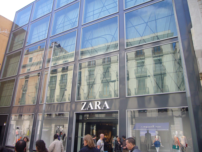 fachada de una de las tiendas de inditex en la calle portal del ángel de barcelona