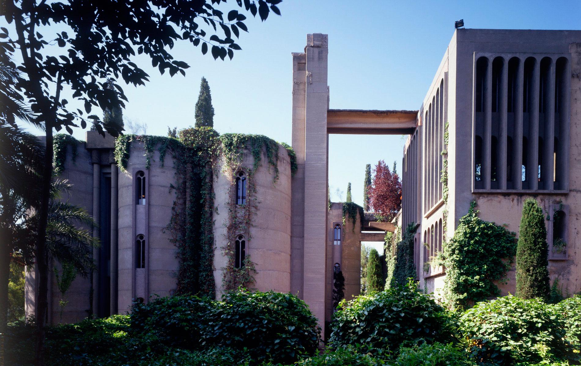 exterior de la antigua cementera y hoy taller de arquitectura y vivienda de ricardo bofill