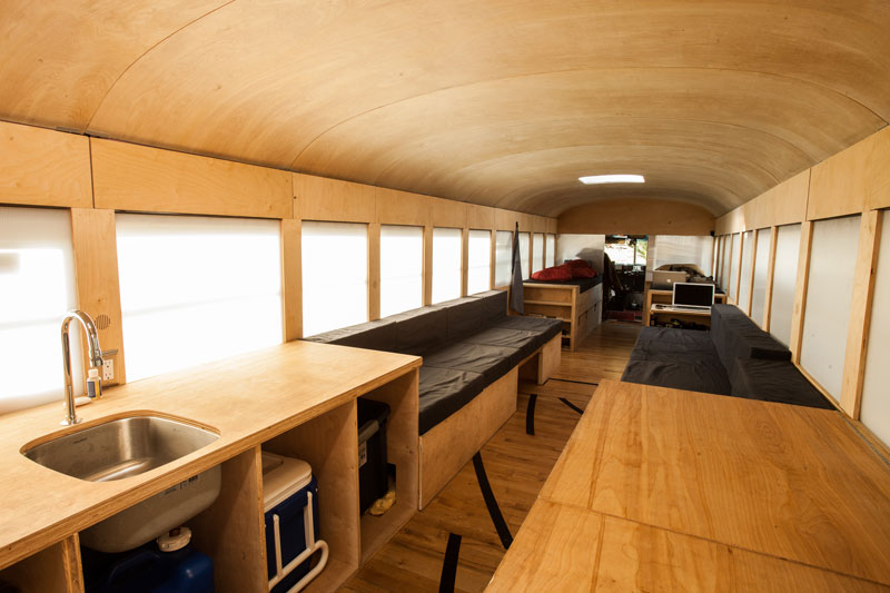 un autobús escolar convertido en vivienda móvil
