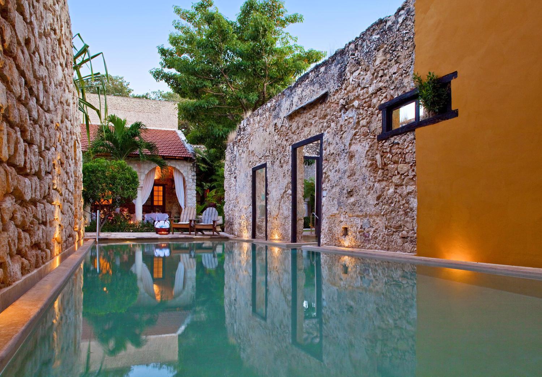 la espectacular piscina en el es posible nadar entre muros con más de 400 años de antigüedad