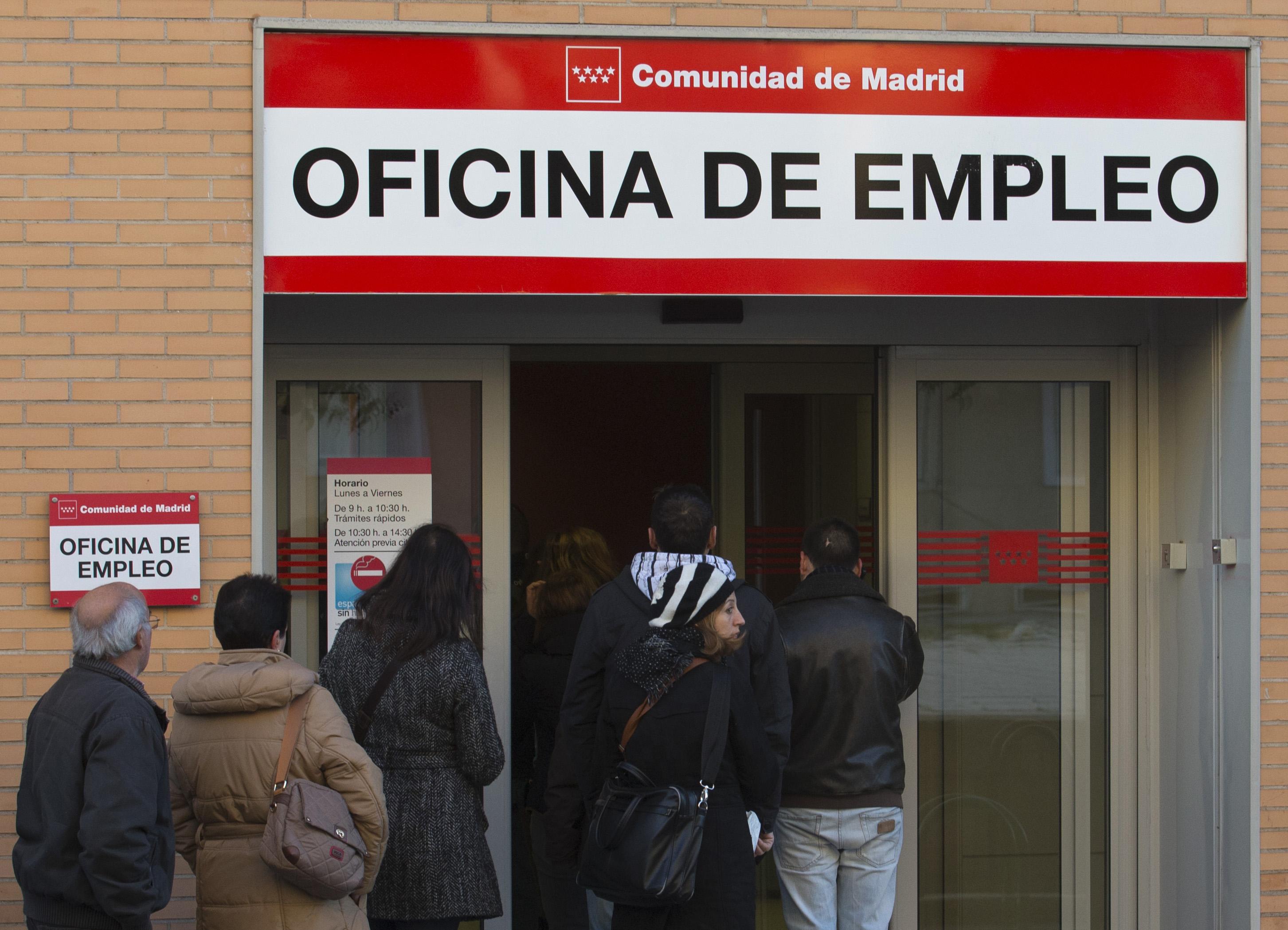 a pesar de la caída del paro, las colas se siguen sucediendo a las puertas de las oficinas de empleo. foto: gtres