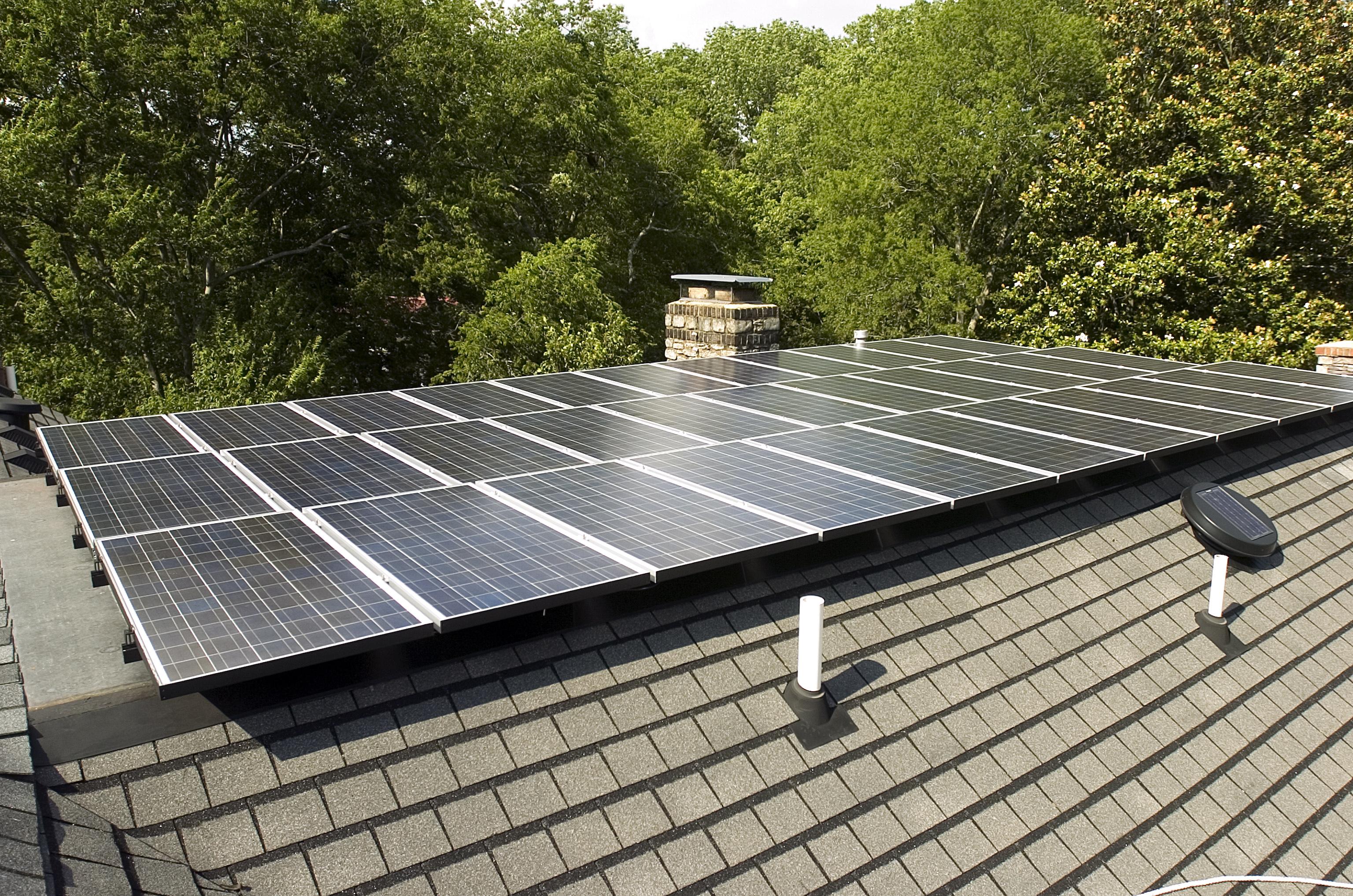 paneles solares en el tejado de una vivienda