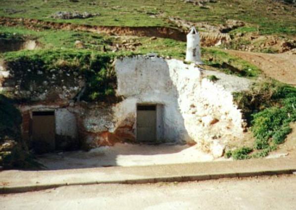 exterior de la casa-cueva en guadalajara