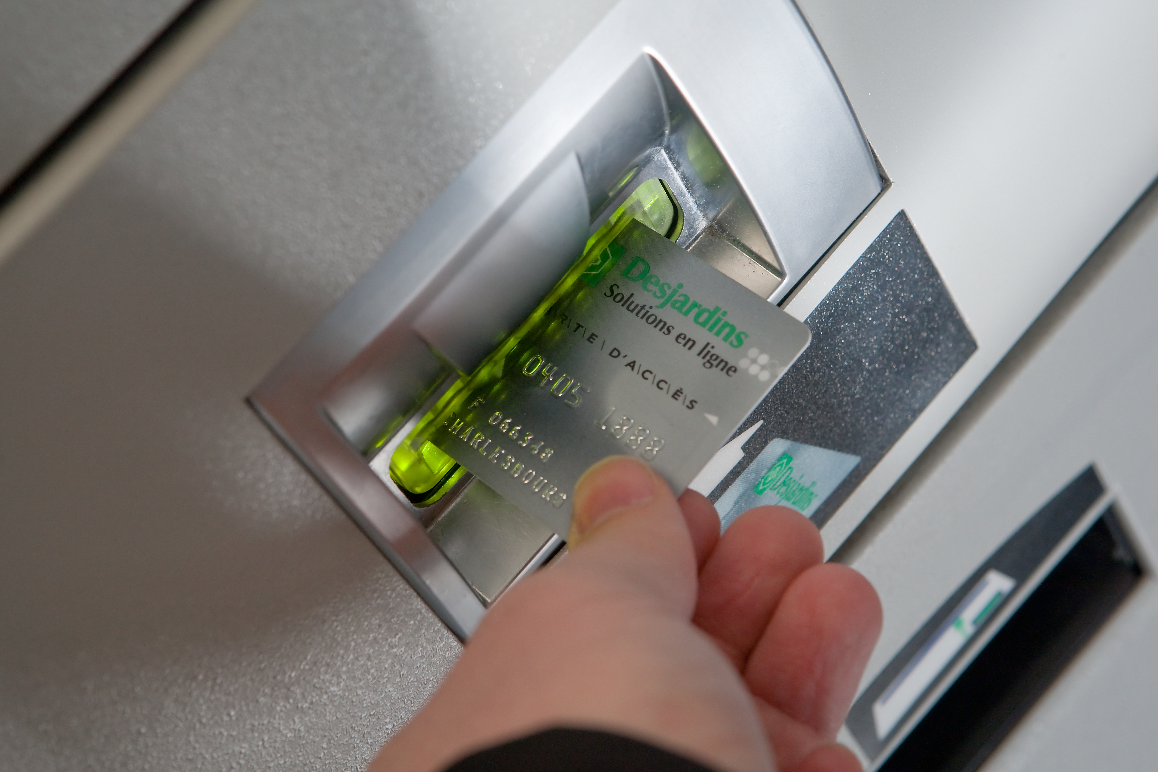 los bancos pueden cobrar incluso por sacar efectivo