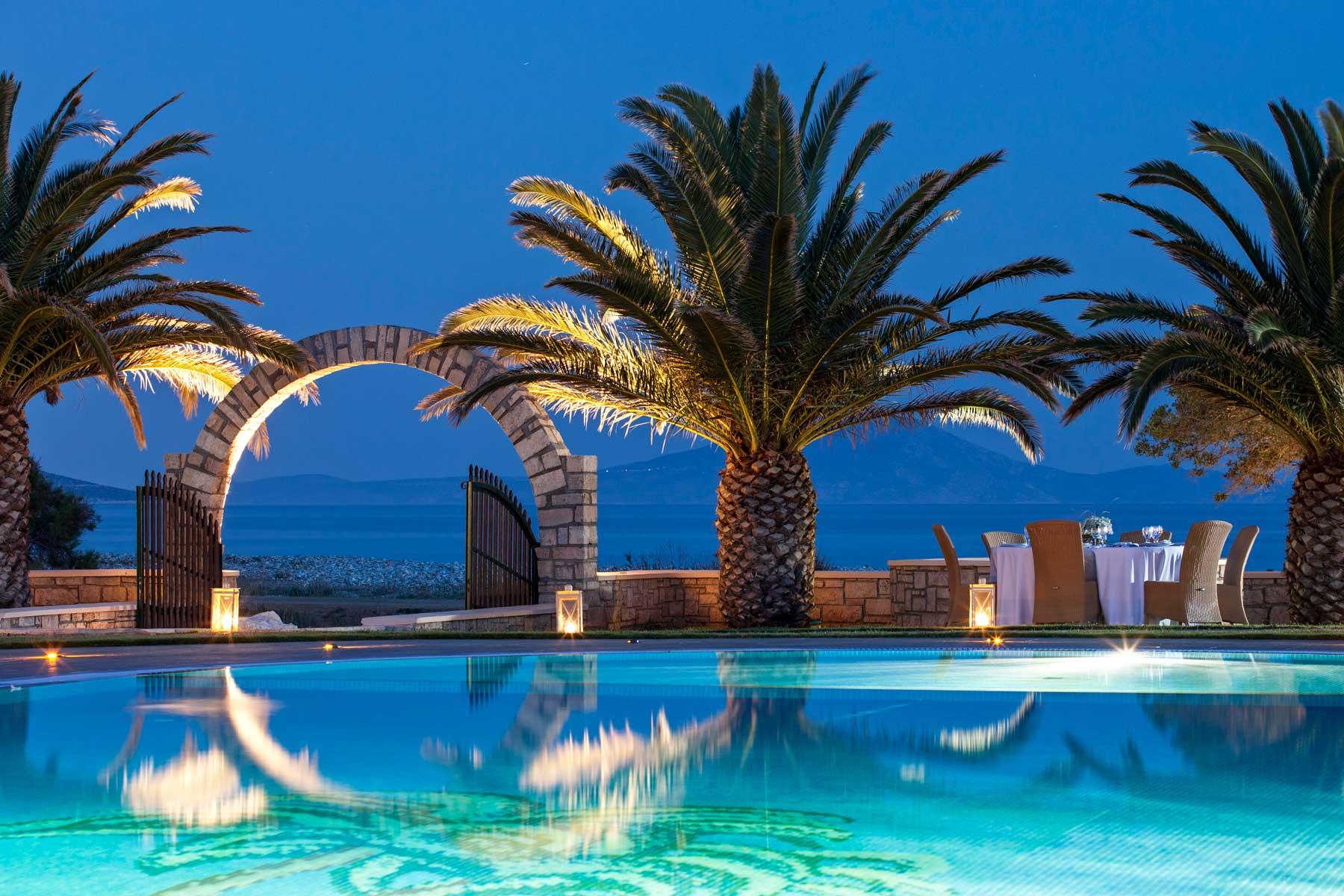 una delas piscinas exteriores con vistas al mar egeo