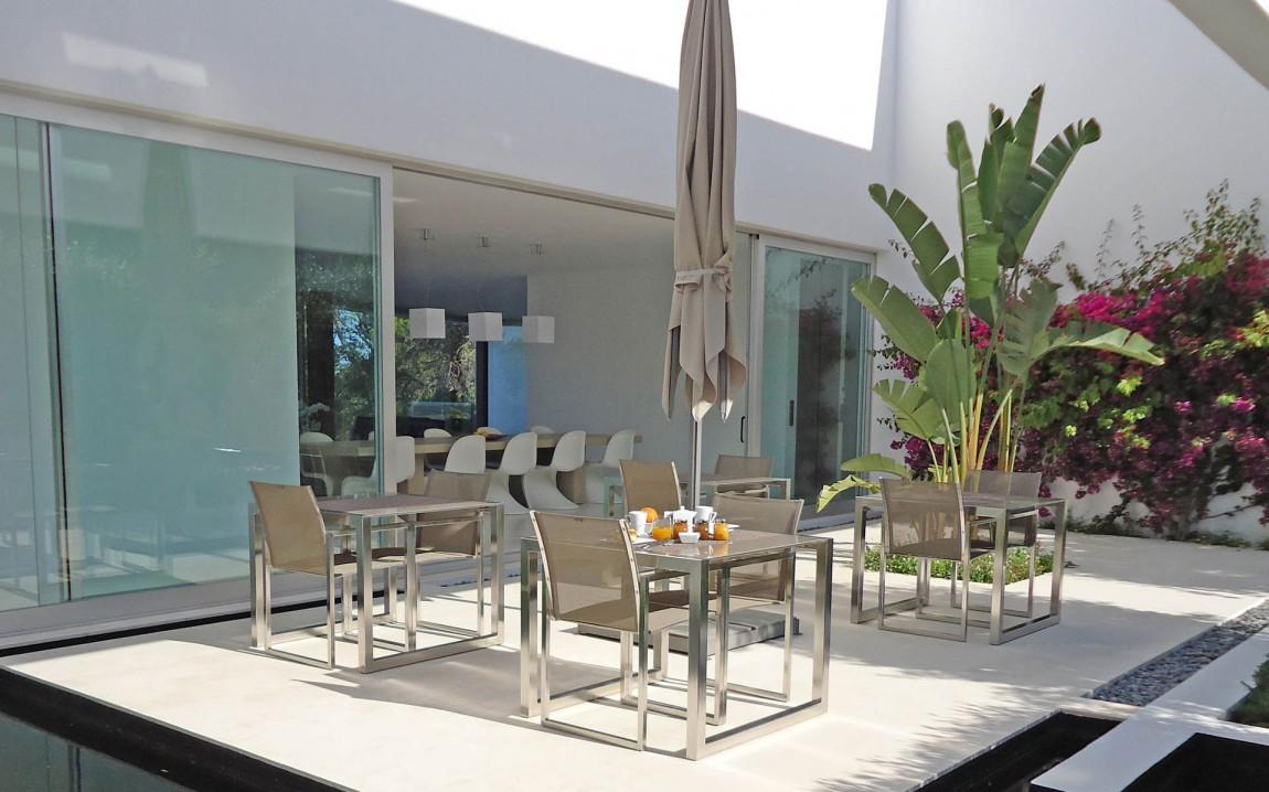 Hoteles con encanto una villa ibicenca con vistas de lujo al mar mediterr neo idealista news - Hoteles con encanto y piscina ...